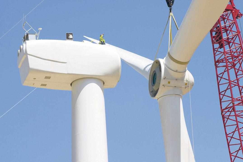 Ein Windkraftrad wird zusammengebaut