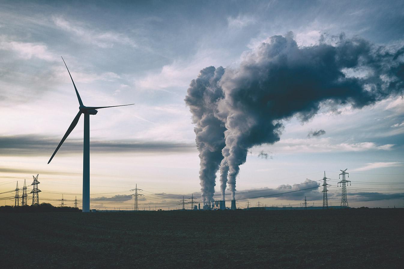 Windrad mit Kraftwerk im Hintergrund