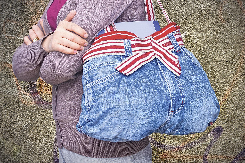 Eine aus einer alten Jeans gefertigte Tasche