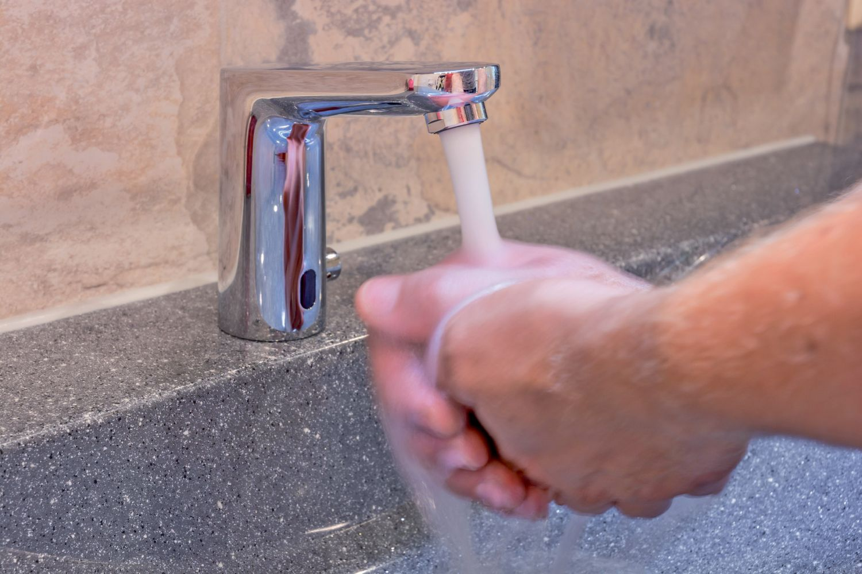 Hände waschen am Wasserhahn