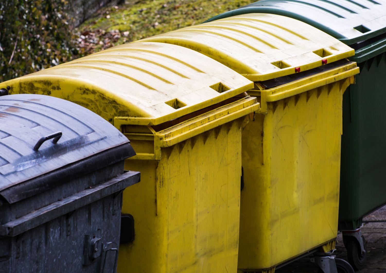 Gelbe und schwarze und grüne Mülltonnen