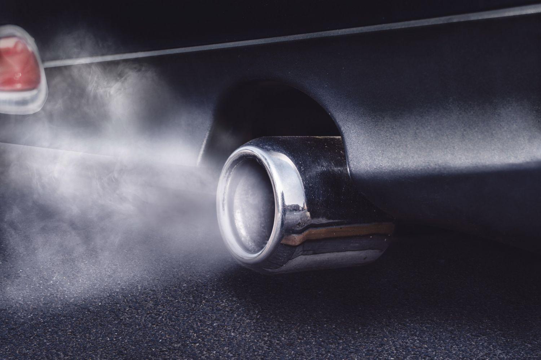 Auspuff eines Autos: CO2 könnte als Brennstoff in Frage kommen