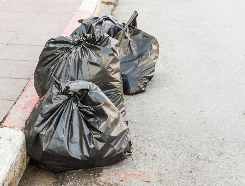 Müllsäcke am Straßenrand