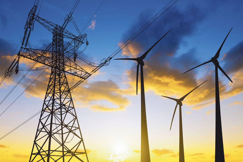 Stromtrasse und Windkraftanlagen im Sonnenuntergang