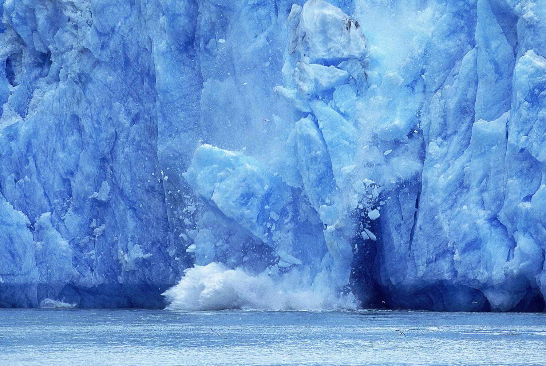 Gletscher, von dem Eisbrocken abfallen
